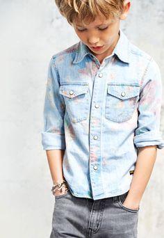 Ken je het kinderkledingmerk Finger in the nose al? Dit super stoere en urban kledingmerk weet hoe ze een perfecte jeans moeten maken. Hun zomercollectie staat vol van denim items en grafische prints. Super voor stoere jongens en meiden