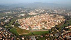 Продолжим путешествие по городам Италии? Если вы никогда здесь не были, вы будете удивлены. Лукка (Lucca) – красивый город с богатой историей, один из самых известных и популярных в Тоскане, этап на Дороге Франков, место жительства множества иностранцев, место рождения музыки Пуччини. Не забудьте сохранить к себе на страничку и поделиться с друзьями!