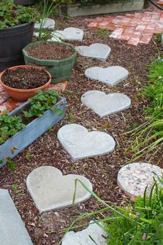 Rooted In Thyme: heart shaped stepping stones. I'd love these stepping stones in my garden. Garden Steps, Diy Garden, Garden Crafts, Dream Garden, Garden Paths, Garden Projects, Garden Art, Garden Design, Diy Projects