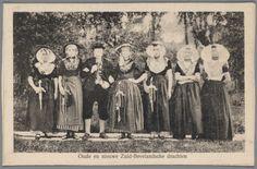 Oude en nieuwe Zuid-Bevelandsche drachten Man en vrouwen in Zuid-Bevelandse streekdracht. De zes linker personen zijn verkleed in historische Zuid-Bevelandse kostuums, de rechter vrouw draagt de op dat moment gangbare uitvoering van de protestantse Zuid-Bevelandse streekdracht #Zeeland #ZuidBeveland #protestant