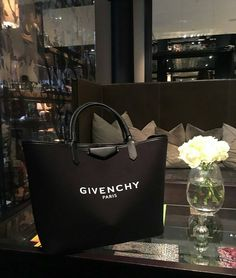 Discover recipes, home ideas, style inspiration and other ideas to try. My Bags, Purses And Bags, Fashion Bags, Fashion Accessories, Accessoires Iphone, Boston Bag, Chanel Handbags, Designer Handbags, Cute Bags