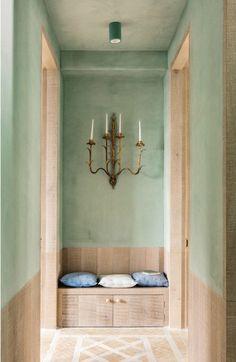 Un espectacular apartamento en verde menta, madera de roble natural y suelos de barro cocido.
