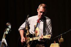 Hugh Laurie...and ya...plays guitar too!