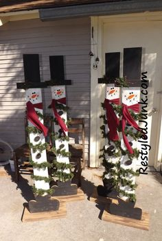 Fence board snowmen red hats, types of wood, ladder decor, fall crafts, Christmas Wood Crafts, Pallet Christmas, Christmas Porch, Outdoor Christmas Decorations, Rustic Christmas, Christmas Projects, Winter Christmas, Fall Crafts, Holiday Crafts