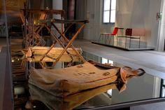 Quand j'ai vu dans les réserves du Mobilier National le mobilier de campagne de Napoléon, j'ai été fasciné  Des coussins gonflables, vous imaginez ! Des lits pliants en métal ! Des chaises pliantes ! Des choses pliantes comme on en retrouve deux siècles plus tard dans les grands magasins ! C'est incroyable !