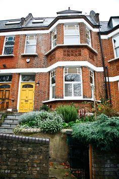 Das alte viktorianische Reihenhaus mit der gelb gestrichenen Haustür hat es dem amerikanischen Paar angetan.