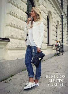 convers,jean,siyah çanta ve beyaz ceket kombini