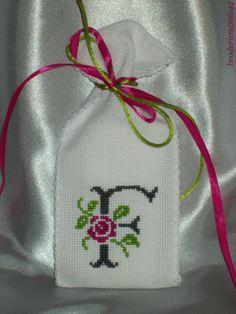 Sachet Initiale - F Anthracite - Lavande. Brodé mains.  point de croix - cross stitch. mon Blog : http://broderiemimie44.canalblog.com/