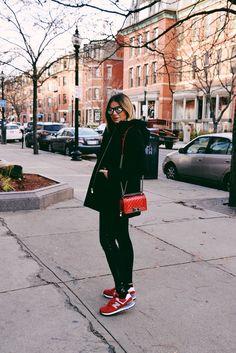 Calça – Topshop | Casaco – Maje | Tenis – New Balance | Bolsa – Chanel | 'Oculos – Illesteva