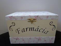 Caixa em MDF tampa e gaveta forrada com tecido 100% algodão, corpo e interior da caixa laqueada. <br>Fazemos em outras cores e modelos. <br>Como é um produto artesanal, podem haver pequenas diferenças entre uma produção e outra.