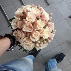 Купить свадебный букет из персиковой розы и хиперикума в Киеве, Букет невесты фото.