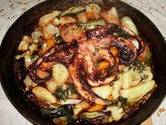 Hobotnica izpod peke je za mene ena izmed najboljših jedi, ki se pripravijo v saču.    Pred približno enim mesecem sem se jo prvič spravil delat. Bil je že skrajni čas, saj sem sač iz Sarajeva prinesel
