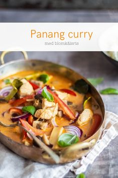 Panang curry med kylling og blomkålsris. Lækker Low Carb Thai mad. Healthy Living Recipes, Whole Food Recipes, Panang Curry Chicken, Easy Cooking, Cooking Recipes, Keto Recipes, Asian Kitchen, Food For Thought, Asian Recipes