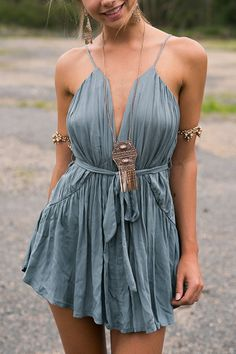 ▷ Boho Chic - everything you need to know about this cool fashion style .- ▷ Boho Chic – alles, was Sie über diesen coolen Modestil wissen müssen short boho dress in gray, woman with a casual updo - Boho Outfits, Boho Summer Outfits, Casual Summer, Indie Outfits, Dress Summer, Summer Wear, Summer 2016, Dress Outfits, Spring Summer