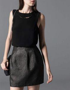 Como para un compromiso o para ir al trabajo jugando con los accesorios. Falda gris media entubada y una blusita manga cero negra.