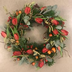 Vinterkrans bundet af tulipaner, gran, eukalyptus, troldhassel m.m  ♥️ #nuerdetjul #glædeligjul #jul2018 #bettysjul Floral Wreath, Wreaths, Home Decor, Decoration Home, Room Decor, Bouquet, Flower Band, Interior Decorating, Floral Arrangements