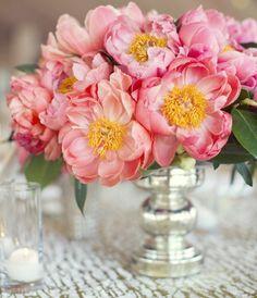Der Schild ist in der Vase zwischen den Blumen gestellt