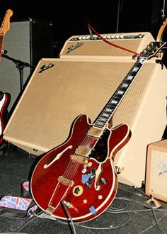 Chuck Berry's Gibson Note the tape over one of the control nobs. Archtop Guitar, Guitar Rig, Cool Guitar, Famous Guitars, Chuck Berry, Blues Artists, Old Music, Gibson Guitars, Music Images
