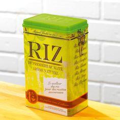 """Cette jolie boîte en métal accueille le riz et décore le plan de travail grâce à son motif """"vintage""""."""