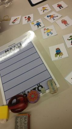 Pelipohja on oppilaan kevään kirjan takana. S. 197 1b opeoppaassa väitteitä loogisiin kokoelmiin liittyen. Oppilas valitsee esim. lapsikortin. Jokaisella on pelimerkki.  Opettaja lukee väitteitä ja oppilas siirtää pelimerkkiään, jos väite pätee hänellä olevaan korttiin.