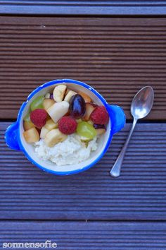 Kokosmilchreis mit Obstsalat -- coconut rice pudding with fresh fruit salat