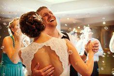 Ideas para el vals de la boda: burbujas que caigan sobre los novios #bodas #ElblogdeMaríaJosé #valsnovios #inspiraciónbodas