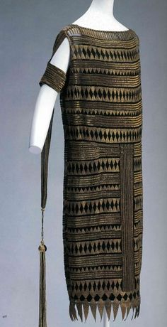 Madeleine Vionnet Evening dress with Egyptian-inspired geometric print; after Tutankhamun's tomb in ancient Egyptian artifacts were influential in art and fashion. 1920 Style, Flapper Style, Madeleine Vionnet, Vintage Outfits, 1920s Outfits, Vintage Dresses, 1930s Fashion, Art Deco Fashion, Vintage Fashion