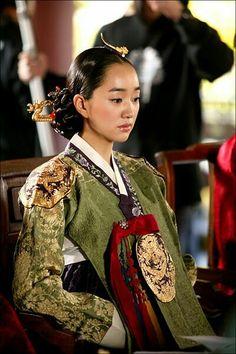 Queen Min (Empress Myeongseong) in the movie 'The Swords with No Name'. Korean Hanbok, Korean Dress, Korean Outfits, Korean Traditional Clothes, Traditional Dresses, Free Korean Movies, Miss Korea, Beautiful Costumes, No Name