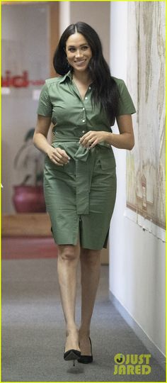 Meghan Markle Photos - Meghan Duchess of Sussex visits Action Aid to join discussions during the royal tour of South Africa on October 01 2019 in Johannesburg South Africa. - The Duke & Duchess Of Sussex Visit South Africa Estilo Meghan Markle, Meghan Markle Stil, Shirtdress Outfit, Pregnancy Looks, Pregnancy Outfits, Karen Kane, Khaki Shirt Dress, Bright Blue Dresses, Meghan Markle Photos