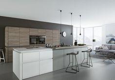 cuisine gris et bois ultra moderne aménagée avec un îlot central fonctionnel en gris et blanc