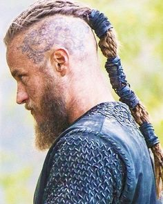 Thanks to these vikings hair braids, all eyes will be in our hair!Here are the hair tutorials you can easily apply these vikings hair braids! Vikings Travis Fimmel, Travis Fimmel Vikingos, Ragnar Vikings, Vikings Tv Show, Viking Braids, Mens Braids, Ragnar Hair, Ragnar Lothbrok Haircut, Wallpaper Vikings