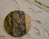 "Bouton tissu 40mm "" Dentelle olive / noire "" Moda : Mercerie par maryzdko"