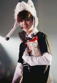 Cute LuHannie ♥♥ #Luhan Hey! That's my favourite snack~!!