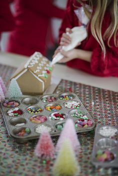 How to Host a Children's Gingerbread House Decorating Party | gingerbread house ideas | Christmas party ideas | kids Christmas party ideas | fun Christmas party ideas | gingerbread house decorating tips || JennyCookies.com #GingerbreadHouse #gingerbread #holidayparty #jennycookies Christmas Plates, Christmas Baking, Kids Christmas, Christmas Crafts, Xmas, Bite Size Brunch, Gingerbread House Parties, Gingerbread Houses, Fun Christmas Party Ideas