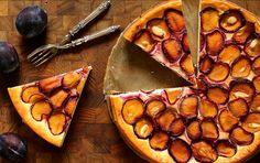 Błyskawiczny sernik ze śliwkami – znakomite ciasto na jesień