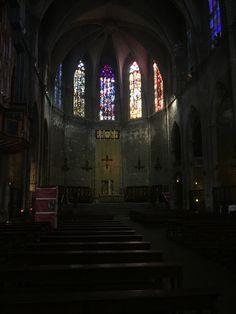 Aquí es otra iglesia que tiene vidrieras sobre sujetos religiosos. En los imágenes de las vidrieras mucho está pasando y dicen mucho sobre eventos de la biblia. Estas son la decoración principal de la iglesia.
