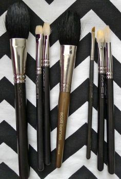 makeup brush cleaning: Lay the brushes flat to dry overnight. Laying them flat ensures water doesn't leak into the handle of the brush, which can loosen the glue over time causing the brush to deteriorate and eventually break. Diy Beauty, Beauty Nails, Beauty Makeup, Eye Makeup, Hair Makeup, Real Techniques Brushes, How To Clean Makeup Brushes, Cleaning Brushes, Accessories