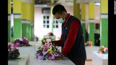 Un pequeño hospital con una gran tarea: identificar cuerpos del vuelo de AirAsia.