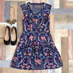Vestido Minirosas Renda + Sapatilha Nuvens + Colar Folhas de Outono