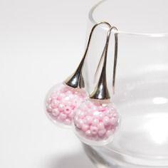 Boucles d'oreilles globes en verre remplies de perles rose nacré