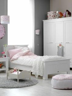 kinderzimmer graue wandfarbe rosa akzente weißer schrank