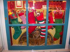 Decoração de Natal em lareira com meias natalícias penduradas   Eu Decoro