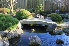 Mooie oosterse tuin met loopbrug