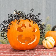 Easy Pumpkin Carving Ideas How can anyone resist curls, especially on a pumpkin? To re-create this bad hair day, wrap black electrical wire around a dowel to form curls. Then insert the wires into holes poked in the top of the pumpkin. Deco Haloween, Halloween Kostüm, Holidays Halloween, Halloween Pumpkins, Halloween Decorations, Pumpkin Carving Tools, Pumkin Decoration, Pumpkin Faces, Maquillage Halloween