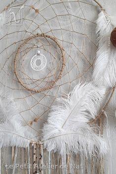 [ Fait-Main ] : fils de jute, des fils de coton, fils aluminium, perles spirales et anneaux en fils alu Blanc Pastel et Perle (faits à la main), perles alu faites à la main, perles métalliques dites tibétaines et perles acier, perles décoratives et perles métalliques,  plumes d'oie, rubans en organza et fil de coton lustré pour le mini attrape-rêves central. Le travail de couture a été réalisé minutieusement avec amour et plaisir. Porte-Bonheur, triple attrape-rêves, dont un mini au…