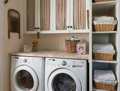 amenagement lingerie, colonne de rangement avec paniers tressés, lave-linge et sèche linge