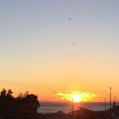 【hashima_y】さんのInstagramをピンしています。 《おはようございます。 #カコソラ 昨日のam7:03 今日ゎ午前中おやすみ日✨ 意地でも布団から出ず……笑 体が楽になる=ちょいDIYやる(*`艸´)ウシシ 気持ち乗せていきましょ❤️いい日に✨  #おはよう #太陽 #海 #空 #sun #sea #sora #sky #goodmorning #haveaniceday #goodday #鳥 #bird》
