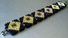 Квадратный браслет из бисера