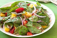 Salades d'épinards, de baies et de mangue
