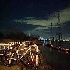 Instagram【anma883】さんの写真をピンしています。 《#nightshot #photography #nightview #osaka #japan #nippon #yodogawa #river #fatbike #chargebikes #cookermaxi #instadaily #mtb #city #ナイツー #ファットバイク #チャージバイクス #自転車のある風景 #ポタリング #夜景 #淀川 #河川敷 #大阪 #深夜徘徊 #写真好き #乗り物大好き #winter》
